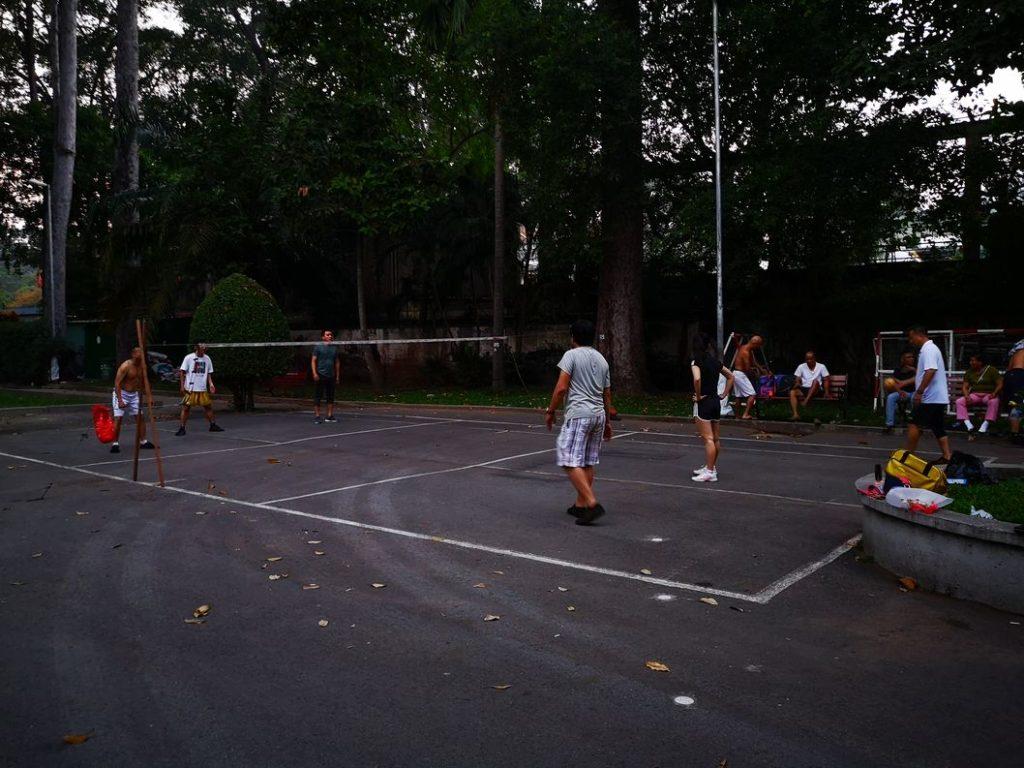 Des joueurs de Da Cau, sport croisé entre le foot et le badminton