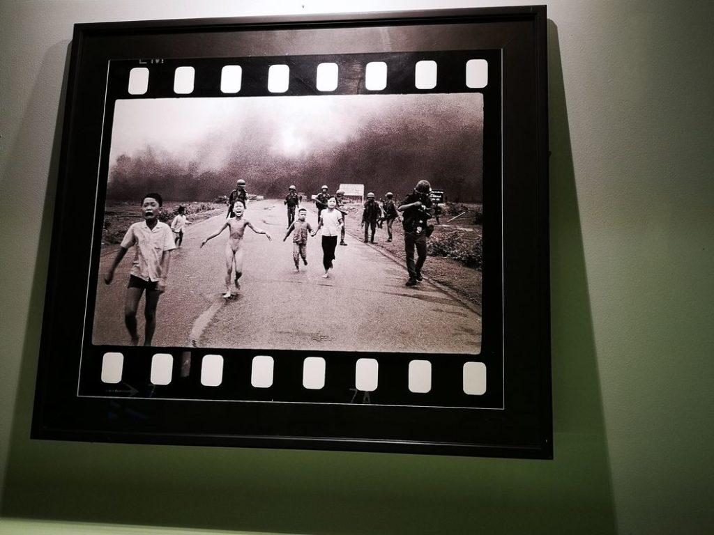 Célèbre photo de la petite fille au Napalm aux côtés de soldats américains