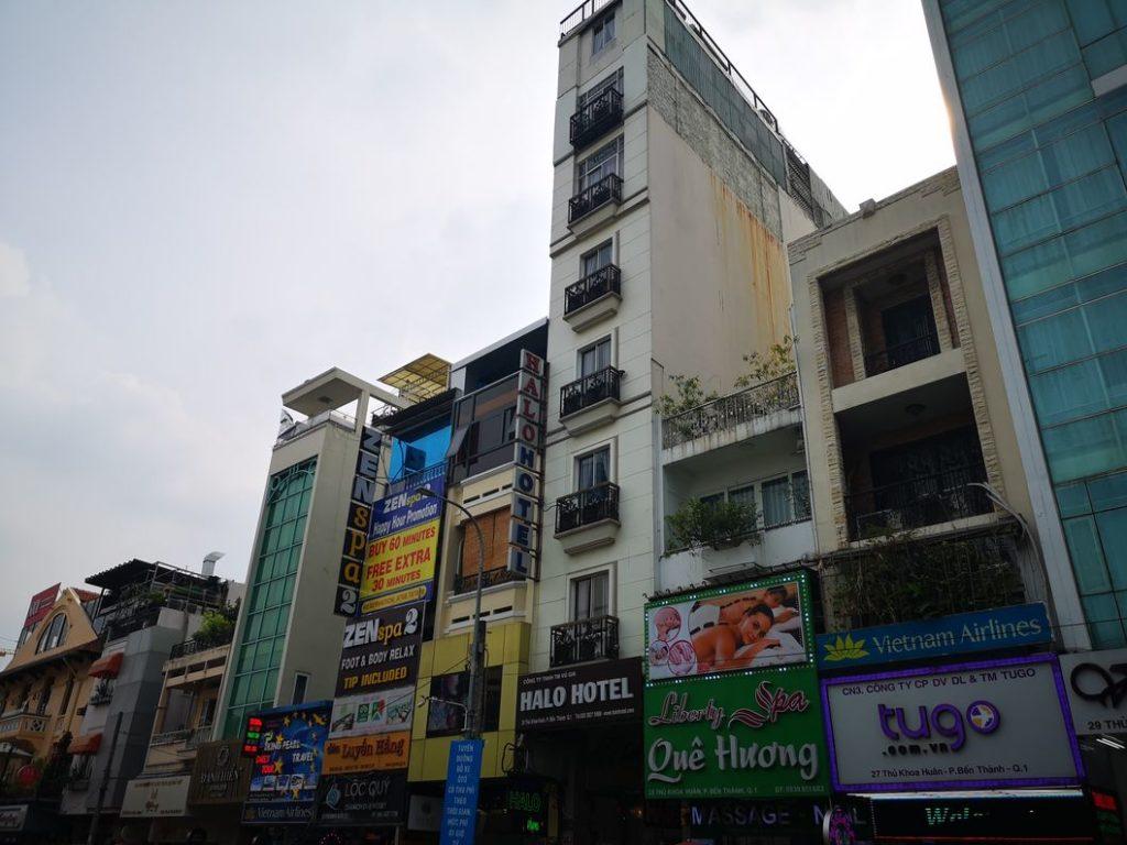 Bâtiments en face du Ben Thanh Street Food Market - On remarque qu'ils sont assez étroits. L'explication viendrait du fait que les locaux paient des taxes proportionnelles à la taille de leur devanture. Ils préfèrent donc avoir des petites devantures avec des longues pièces et étages