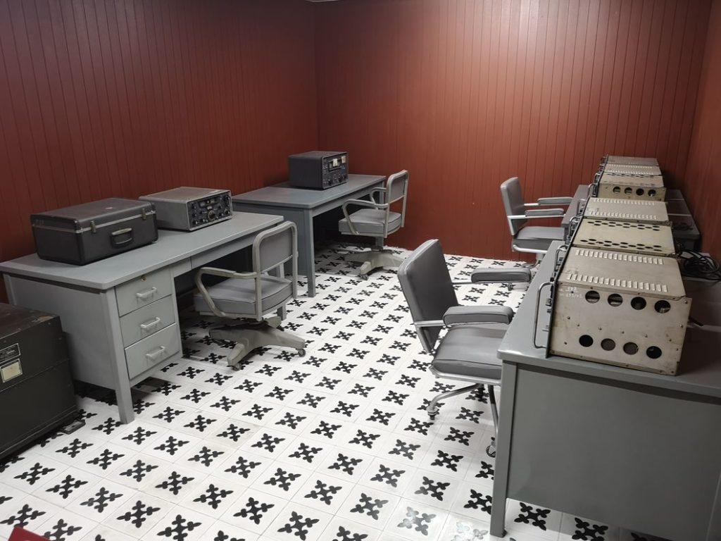 L'un des salles de radiocommunication du bunker