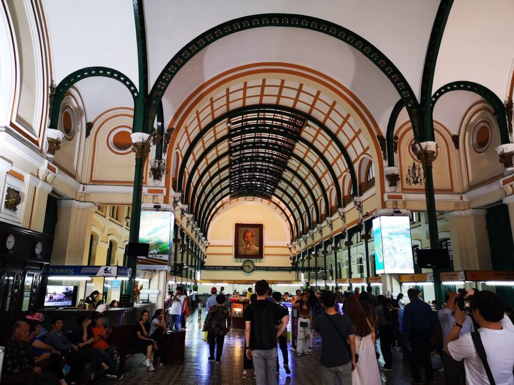 Intérieur de la Poste centrale de Saïgon - On doit la charpente à Gustave Eiffel - C'est le portrait d'Ho Chi Minh au fond