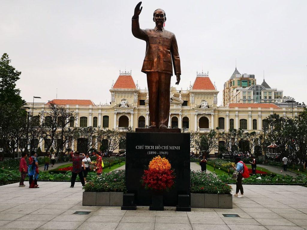 Statue d'Ho Chi Minh devant l'hôtel de ville