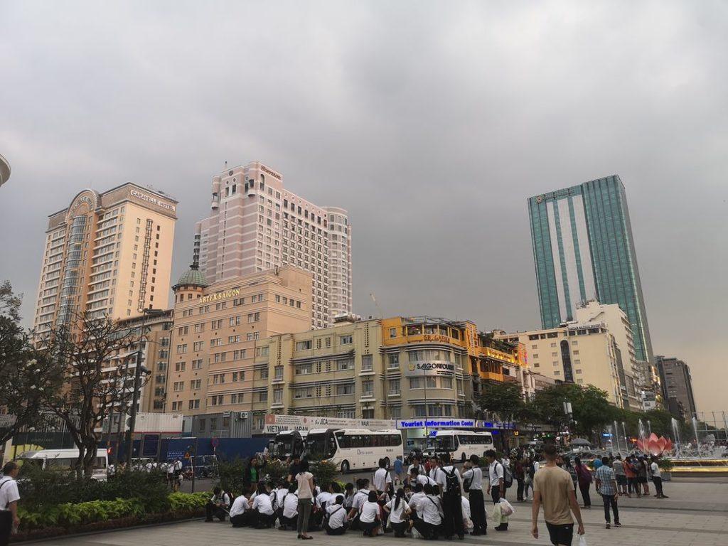 Grands hôtels et un groupe d'étudiants devant