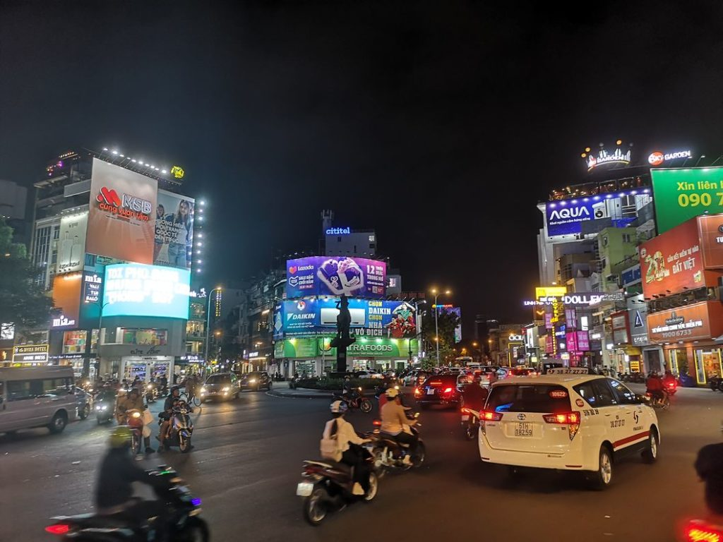 Vue de nuit sur une place de la ville