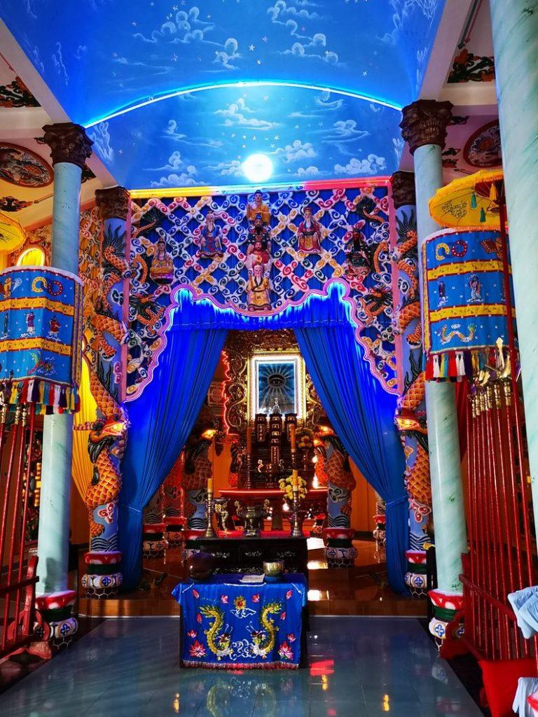 L'autel du temple caodaïste