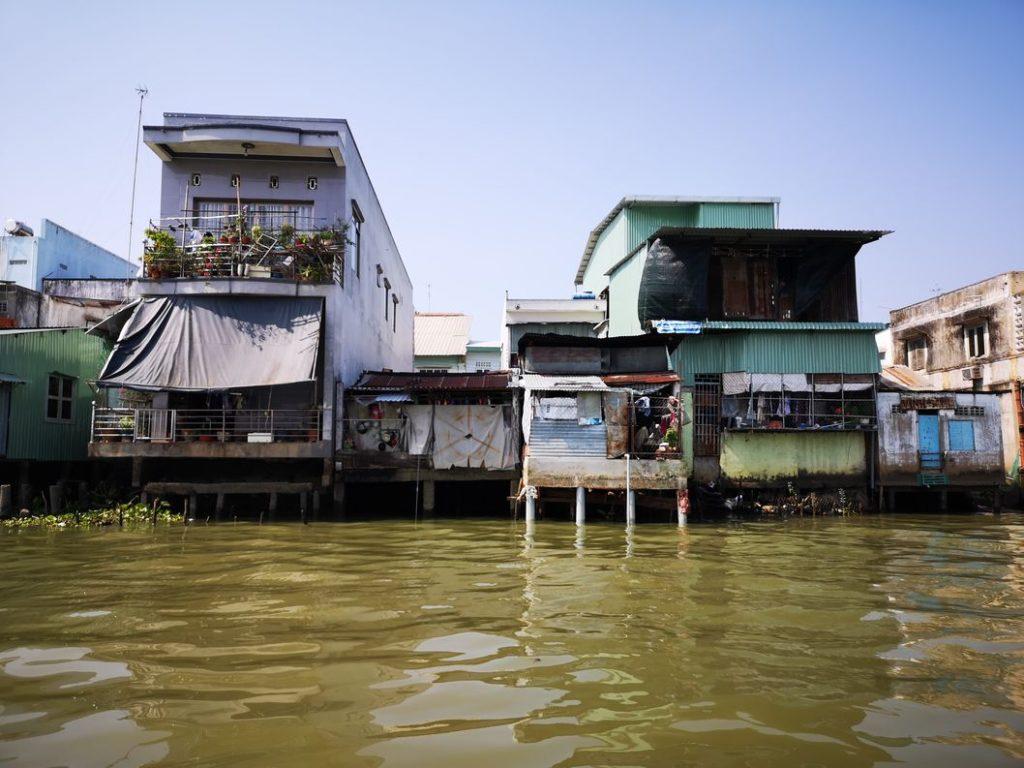 Habitation au bord du canal entre deux bras du Mékong