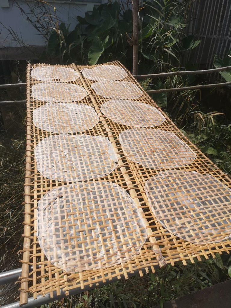 Préparation de feuilles de riz pour la réalisation de caramels