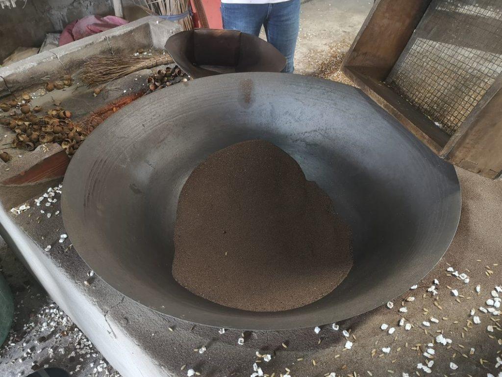 Grand wok avec du sable très chaud pour le riz soufflé
