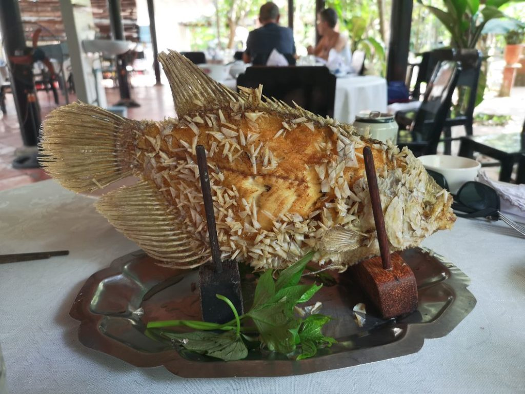 Un poisson entier chacun - Débrouilles toi avec les baguettes maintenant!