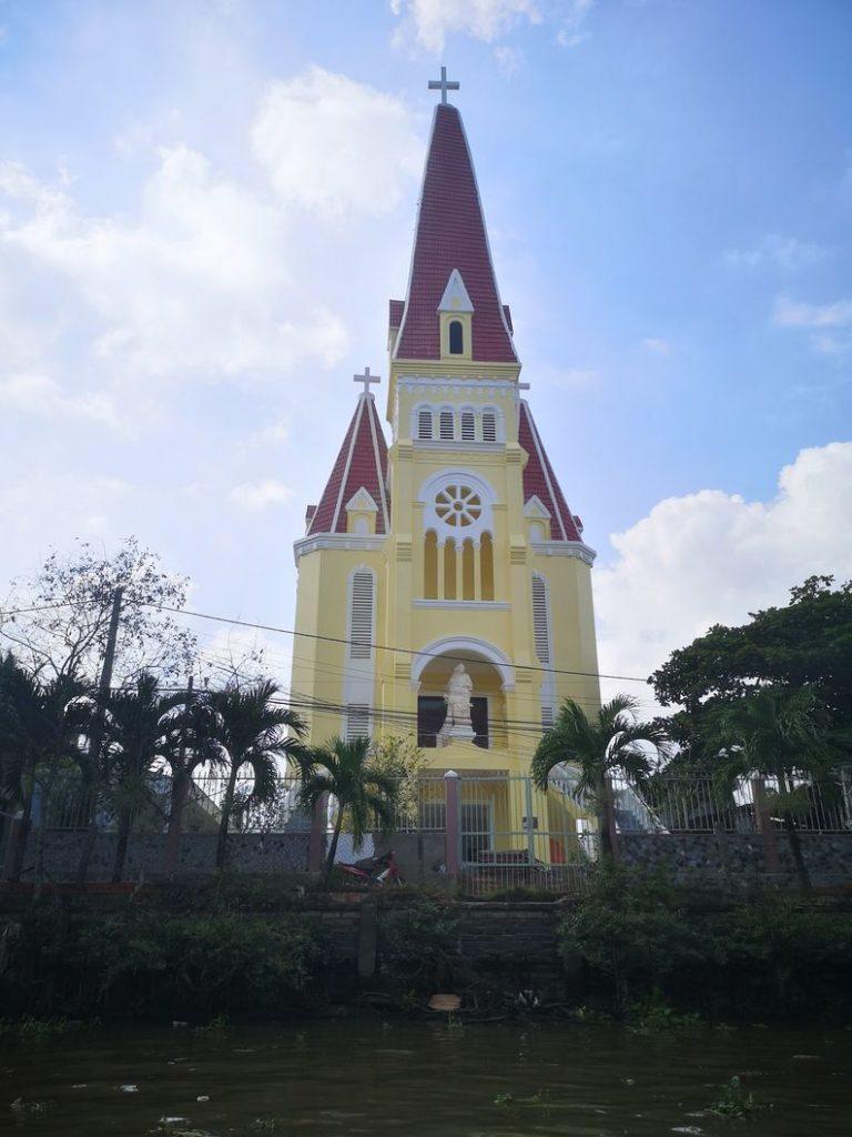 Une église sur les rives du canal
