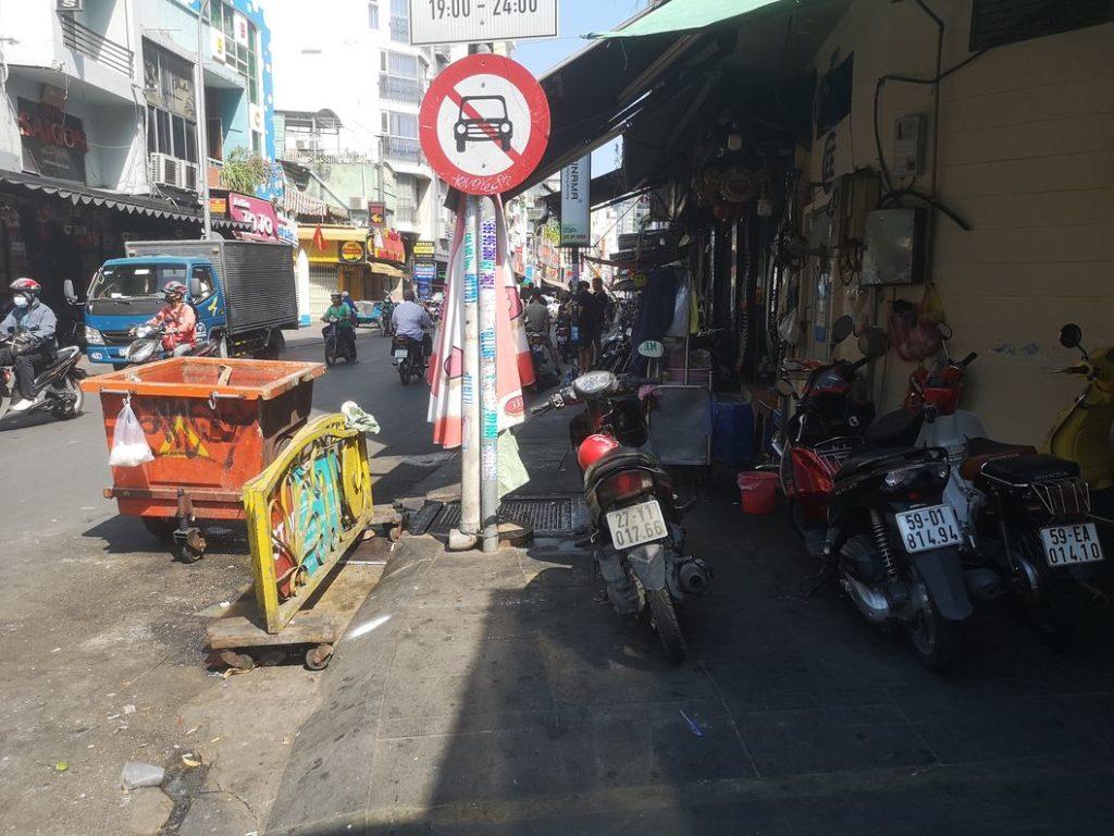 Une rue à Ho Chi Minh Ville - Obligés de passer sur la route, le trottoir est impraticable