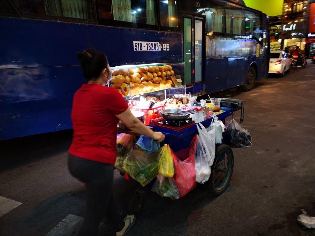 Vendeuse ambulante de Banh Mi