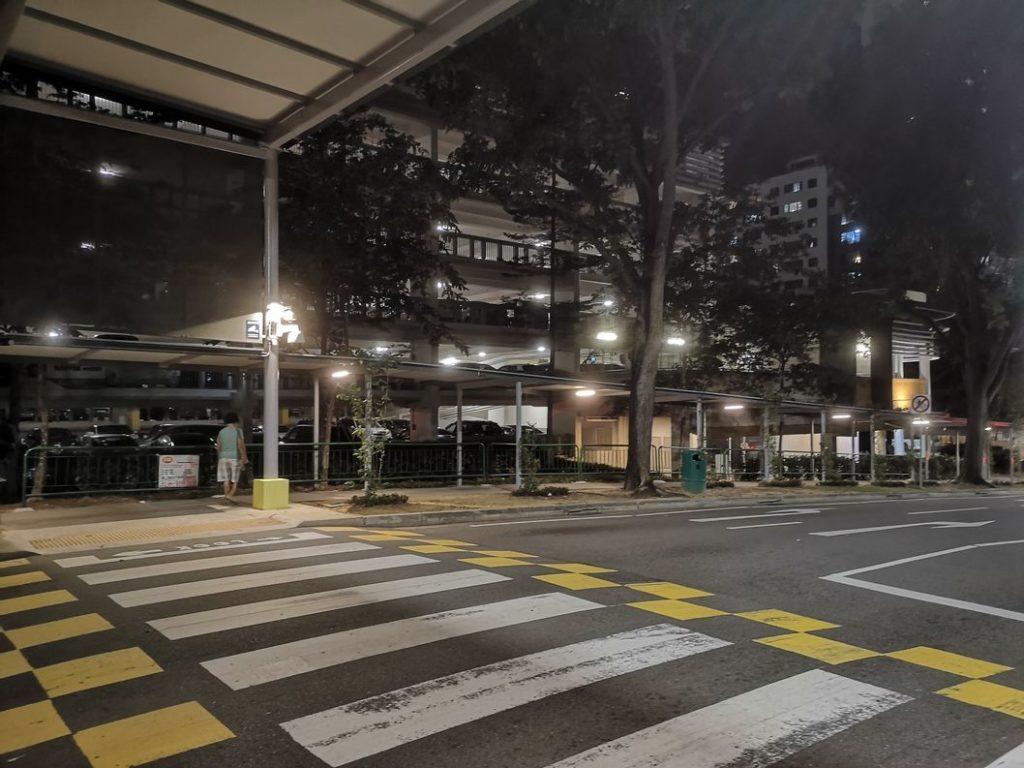 Première découverte des rues de Singapour de nuit: on sent déjà le dépaysement