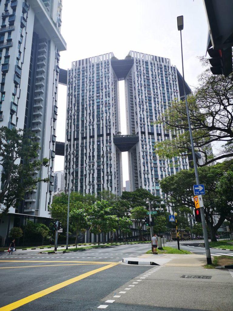 L'un des buildings du centre d'affaires de Singapour vu au bout de la Cantonment Road