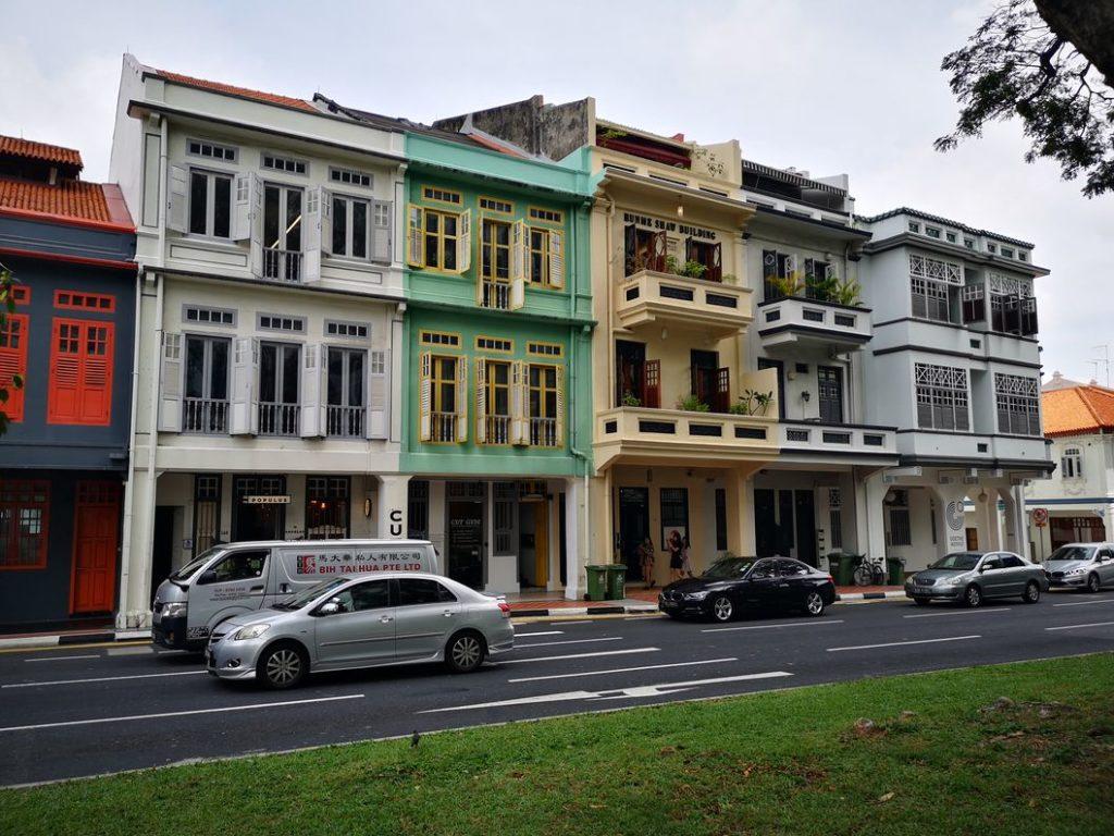D'autres maisons colorées sur Cantonment Road