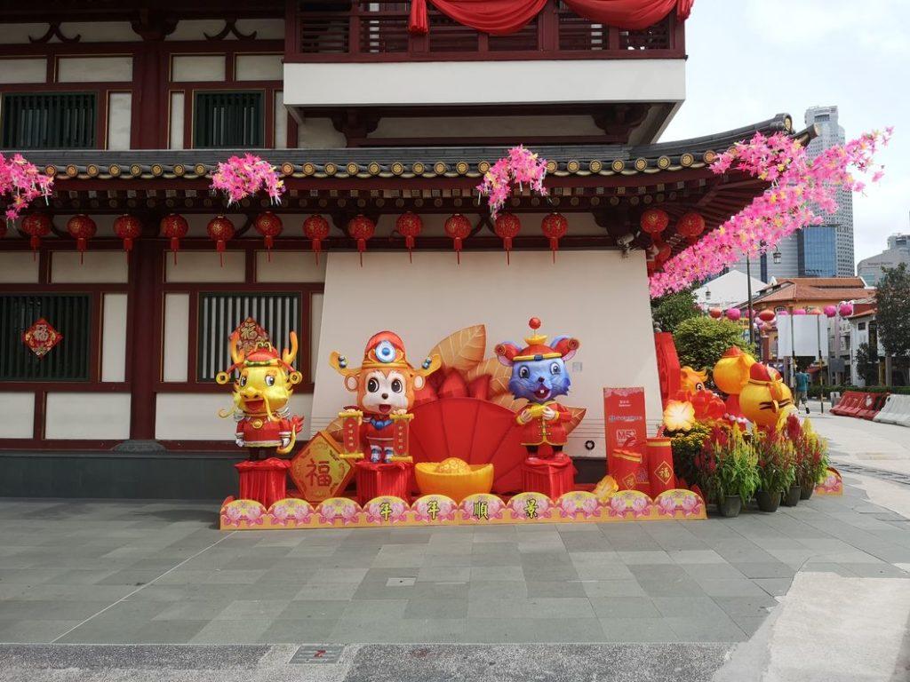 Des personnages sur le côté du Temple de la Relique de la Dent de Bouddha
