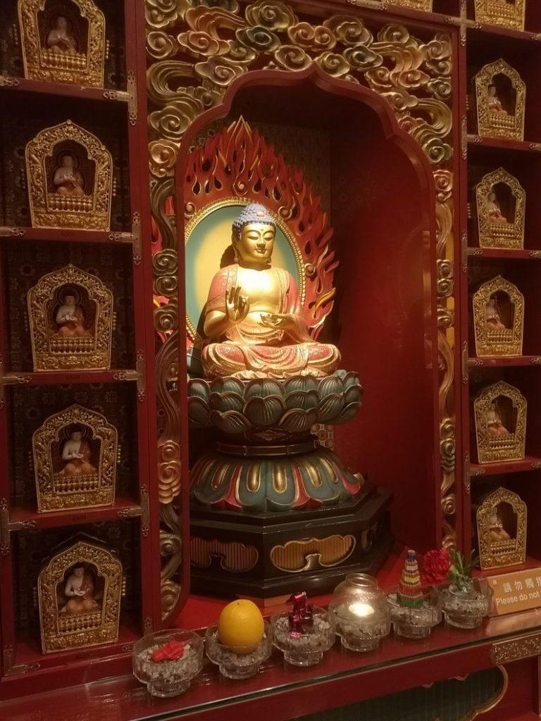 Statue de Bouddha dans le Temple de la Relique de la Dent de Bouddha
