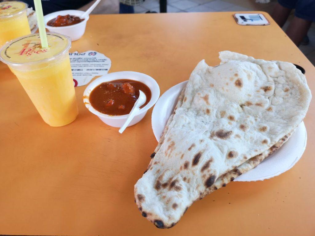 Repas Indien: Butter Chicken avec Cheese Naan et Mango Lassi