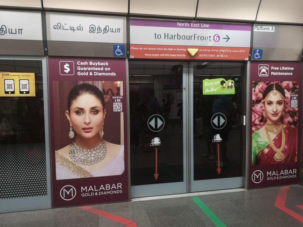Porte dans le métro de Singapour: écritures dans les 4 langues officielles du pays