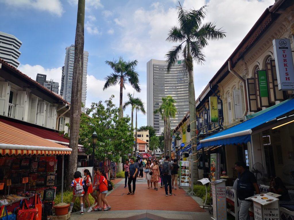 Rue de restaurants devant la Mosquée
