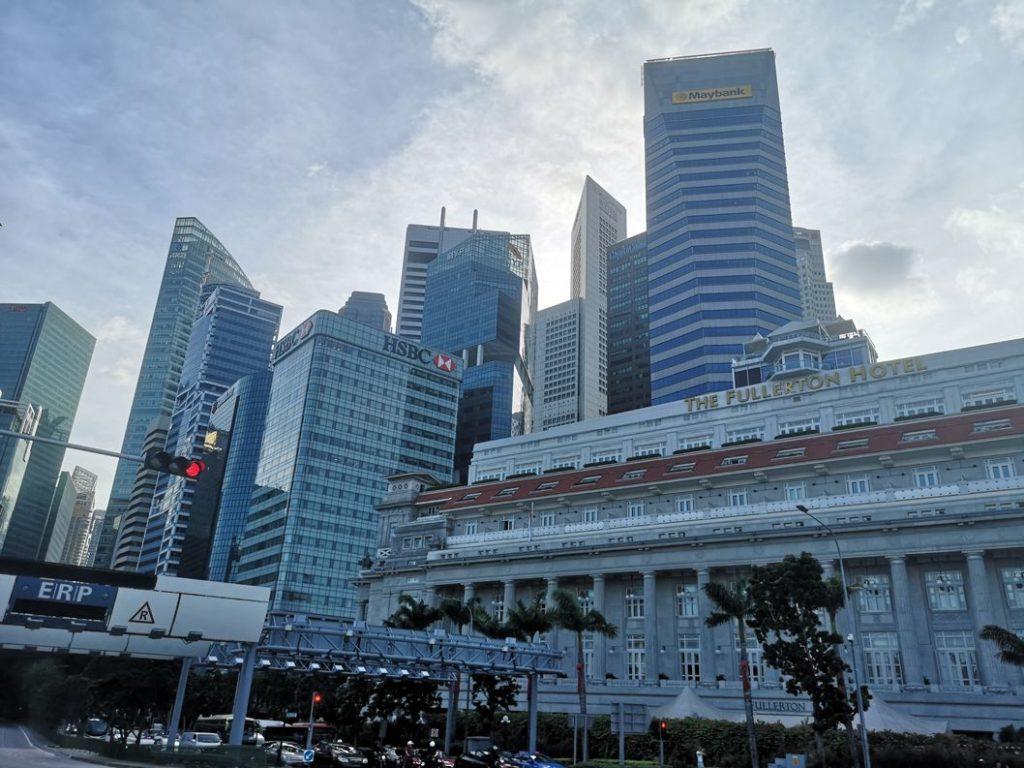 Le Centre d'affaires de Singapour avec en premier plan le Fullerton Hotel, le plus prestigieux de la ville