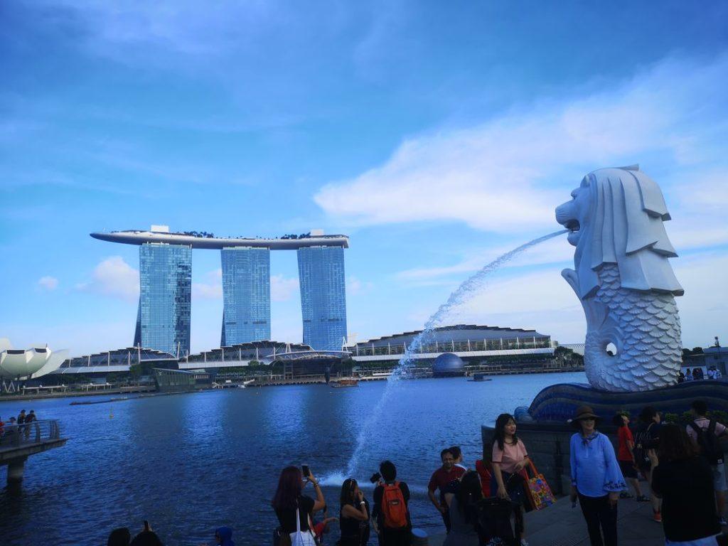 Vue sur le Marina Bay Sands avec le Merlion au premier plan
