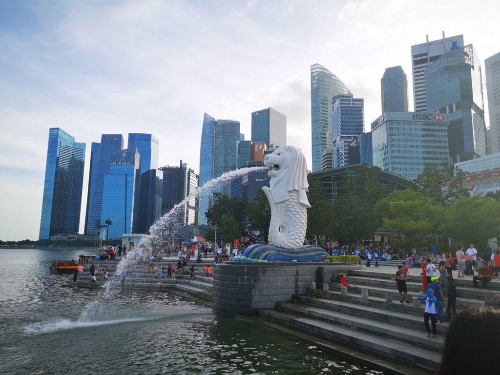 Le Merlion, emblème de la ville de Singapour avec le CBD de la ville en arrière-plan