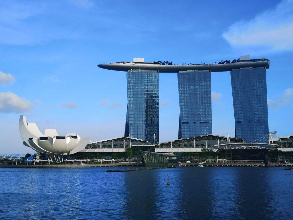 Le célèbre Marina Bay Sands aux allures futuristes. Certains y voient un toit en forme de planche de surf, et vous ?