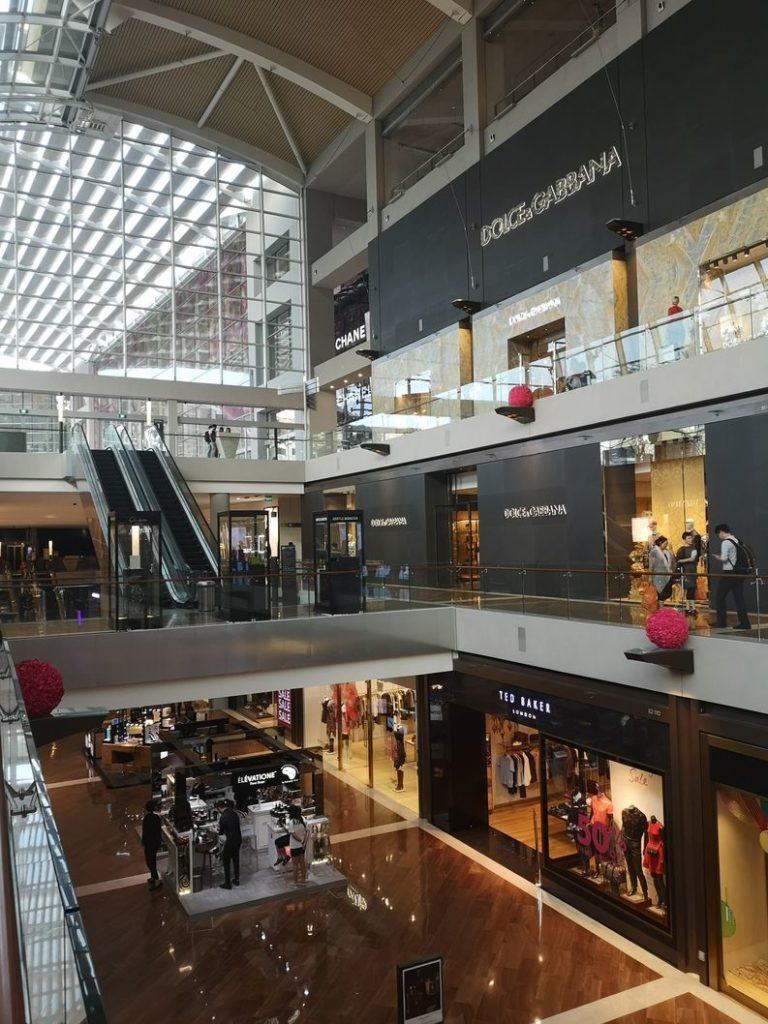 Le centre commercial du Marina Bay Sands et ses canaux