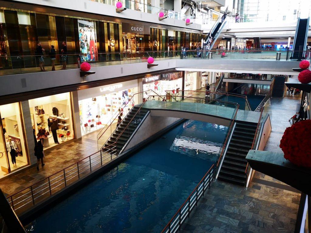 Un canal qui permet de se balader dans le centre commercial du Marina Bay Sands