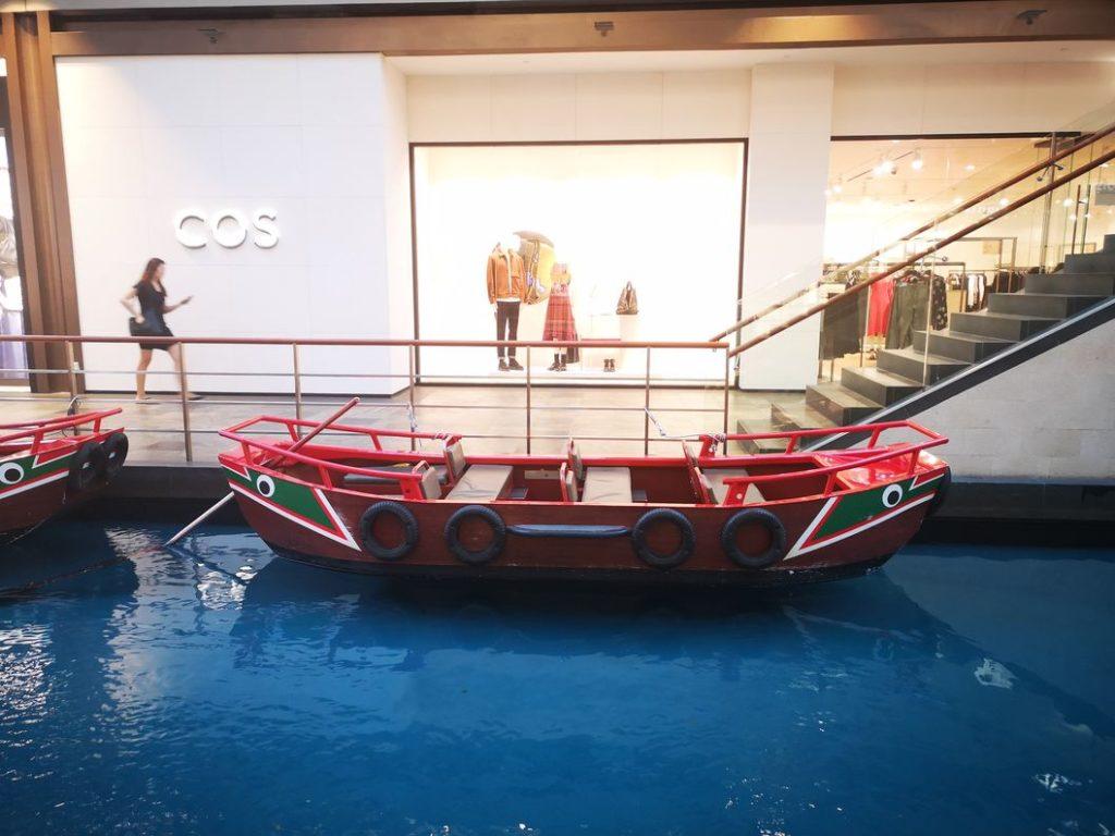 L'une des gondoles qui permet de se promener sur le canal