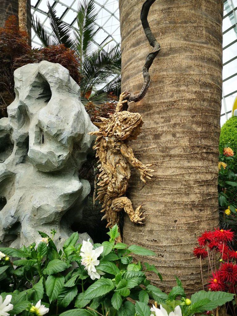 Sculpture d'animal dans ce qui semble être de l'écorce