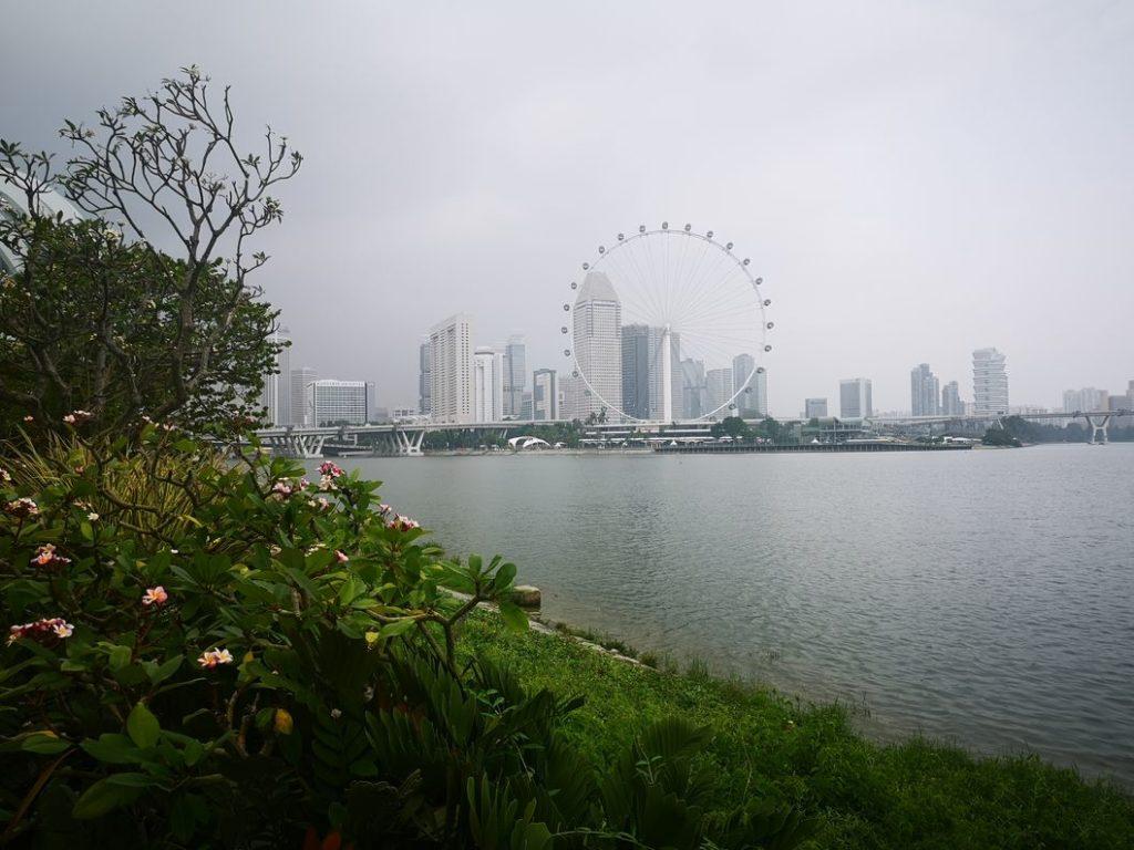 Autre vue de la rive opposée de la Singapour River. Le mauvais temps arrive