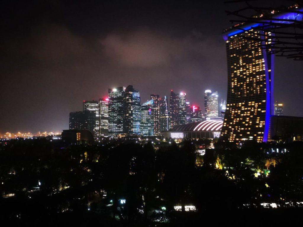 Vue sur le CBD de Singapour de nuit depuis la Skyway